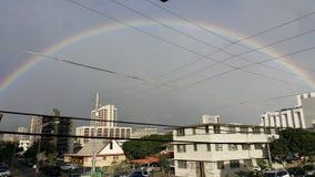 Полная радуга в Гонолулу Гаваи в сезоне дождей стоковая фотография