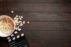 Полное ведро попкорна стоковые изображения