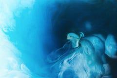 Полное изображение рамки смешивать голубых, черно-белых красок брызгает в воде стоковое фото