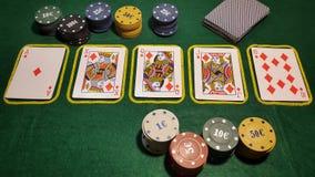 полное королевское Игра в покер таблицы с карточками и обломоками покера Стоковое Изображение RF