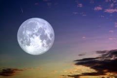 Полное ночное небо луны сена и облака силуэта белое стоковые изображения