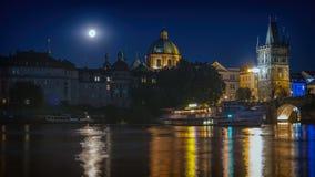 Полнолуние над рекой Влтавы Стоковое Изображение
