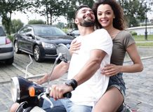Полнометражный взгляд со стороны счастливого катания пар на ретро мотоцилк стоковые фото