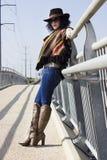 Полнометражный портрет женщины моды в стиле ковбоя Стоковое Фото