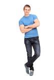 Полнометражный портрет молодого человека полагаясь на стене Стоковые Изображения
