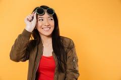 Полнометражный портрет усмехаясь милой девушки в солнечных очках Стоковое Изображение