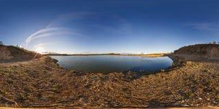Полностью безшовный взгляд угла панорамы 360 около карьера затопленного с водой для минирования извлечения песка в выравниваясь с стоковые изображения rf