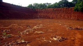 Полностью высушенный пруд смотря покинутый Стоковое Изображение