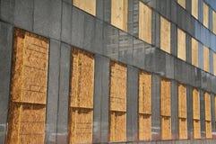 полностью, котор взошли на борт здание вверх по окнам Стоковые Изображения RF