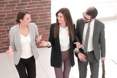 Полностью рост группа в составе бизнесмены стоя в офисе стоковое фото rf