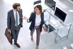 Полностью рост коллеги дела стоя около рабочего стола стоковое изображение rf
