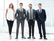 Полностью рост Команда дела стоя в офисе стоковое фото rf