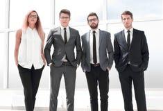 Полностью рост Команда дела стоя в офисе стоковые фото