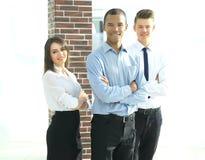 Полностью рост Успешная команда дела стоя в офисе стоковое фото rf