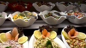 Полностью inclisive шведский стол еды в роскошном курорте Много блюд сток-видео