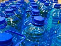 Полные бутылки с водой для продажи стоковая фотография