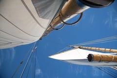 Полные ветрила на деревянных рангоутах Saliboat с голубым небом Стоковые Изображения RF