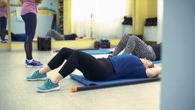 Полные женщины делая физическую подготовку на циновке сток-видео