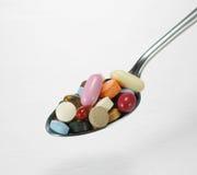 полные таблетки ложки стоковые фото