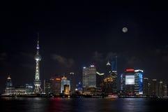 полный взгляд shanghai ночи луны lujiazui Стоковое Фото
