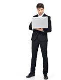 Полный портрет бизнесмена работая на компьтер-книжке Стоковые Изображения
