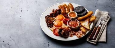 Полный фрай вверх по английскому завтраку с яичницами, сосисками, беконом стоковое фото rf