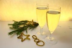 2 полных стекла шампанского на желтой предпосылке Стоковые Фото