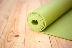 Половик переплетенный зеленым цветом для фитнеса Стоковое фото RF