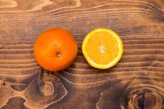 Половина апельсина на деревянные половины апельсина на деревянной предпосылке Стоковая Фотография RF