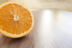 Половина апельсина на таблице Стоковое Изображение RF