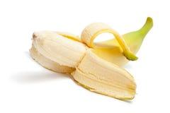 половина банана изолировала, котор слезли белизну Стоковая Фотография