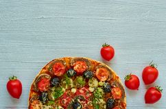 Половина вкусной пиццы на серой предпосылке с космосом экземпляра Пицца Veggie с грибами, томатами, черными оливками и специями Стоковые Изображения RF