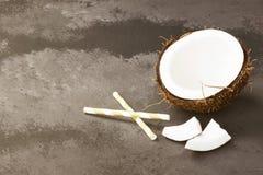 Половина зрелого кокоса на темной предпосылке скопируйте космос Задняя часть еды Стоковые Фото