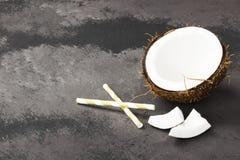 Половина зрелого кокоса на темной предпосылке скопируйте космос Задняя часть еды Стоковая Фотография RF