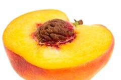 Половина изолированного персика с острый класть ямы на белое backgrou Стоковое Изображение