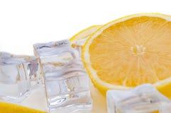 Половина сочного яркого лимона и освежая конец-вверх кубов льда стоковые фото