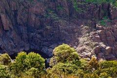 Половина спрятанного скалистого Waterhole стоковые изображения