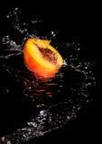 Половинные персик и вода стоковые фотографии rf