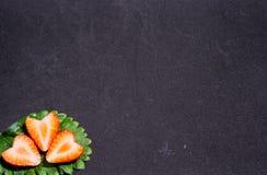 Половинные свежие клубники на лист Стоковое Изображение