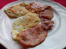 Половинный английский завтрак служил на белой плите Стоковая Фотография RF