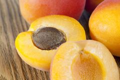 Половинный зрелый абрикос стоковое фото