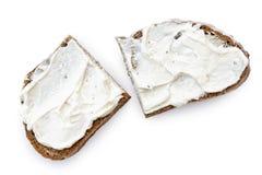 2 половинных куска хлеба рож с распространением плавленого сыра изолировали o Стоковые Фотографии RF