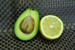 Половины авокадоа и лимона Стоковая Фотография RF
