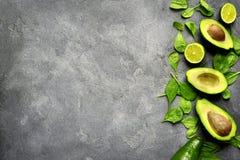 Половины авокадоа с шпинатом младенца выходят и известка Взгляд сверху с c Стоковые Фото