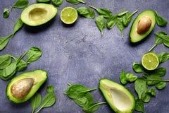 Половины авокадоа с шпинатом младенца выходят и известка Взгляд сверху с c Стоковое фото RF