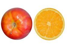 2 половины апельсина и яблока изолированных на белой предпосылке Стоковая Фотография