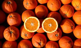 2 половины апельсина na górze кучи Tarocco Gallo, сицилийских апельсинов Стоковые Изображения
