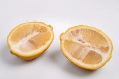 2 половины желтого свежего лимона отрезка Стоковые Фотографии RF