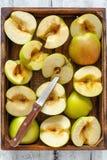 Половины зеленых яблок и ножа Стоковое Изображение
