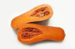2 половины зрелой тыквы сквоша butternut на белой предпосылке стоковое фото